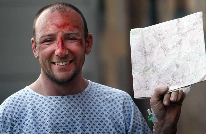 Ett mirakel Adam Potter, 36, poserar glatt med kartan som han läste när räddningsarbetarna fann honom efter fallet på cirka 300 meter.