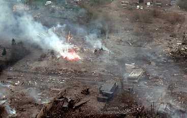 FÖRÖDELSEN Tryckvågen av explosionen förstörde flera hus direkt, och branden som följde har ödelagt flera kvarter av Kolding. Stora bilden är Kolding som staden såg ut i går, lilla bilden visar själva explosionen i förrgår.