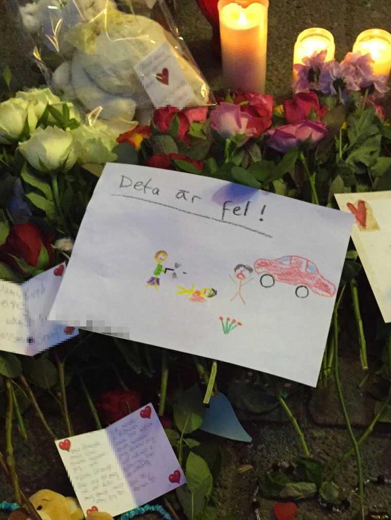 En teckning på platsen där sörjande lagt ner blommor, ljus och hyllningar.