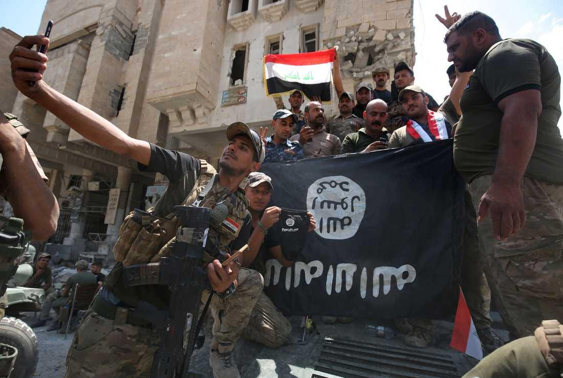 Irakiska soldarter tar selfies i Gamla stan i Mosul.