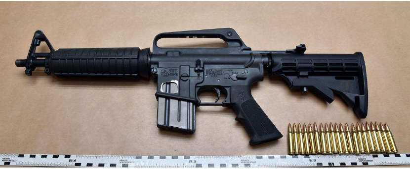 Ett halvautomatiskt vapnen av märket Colt AR-15. Vapnet på bilden är inte det som den unge mannen gömt i lägenheten.