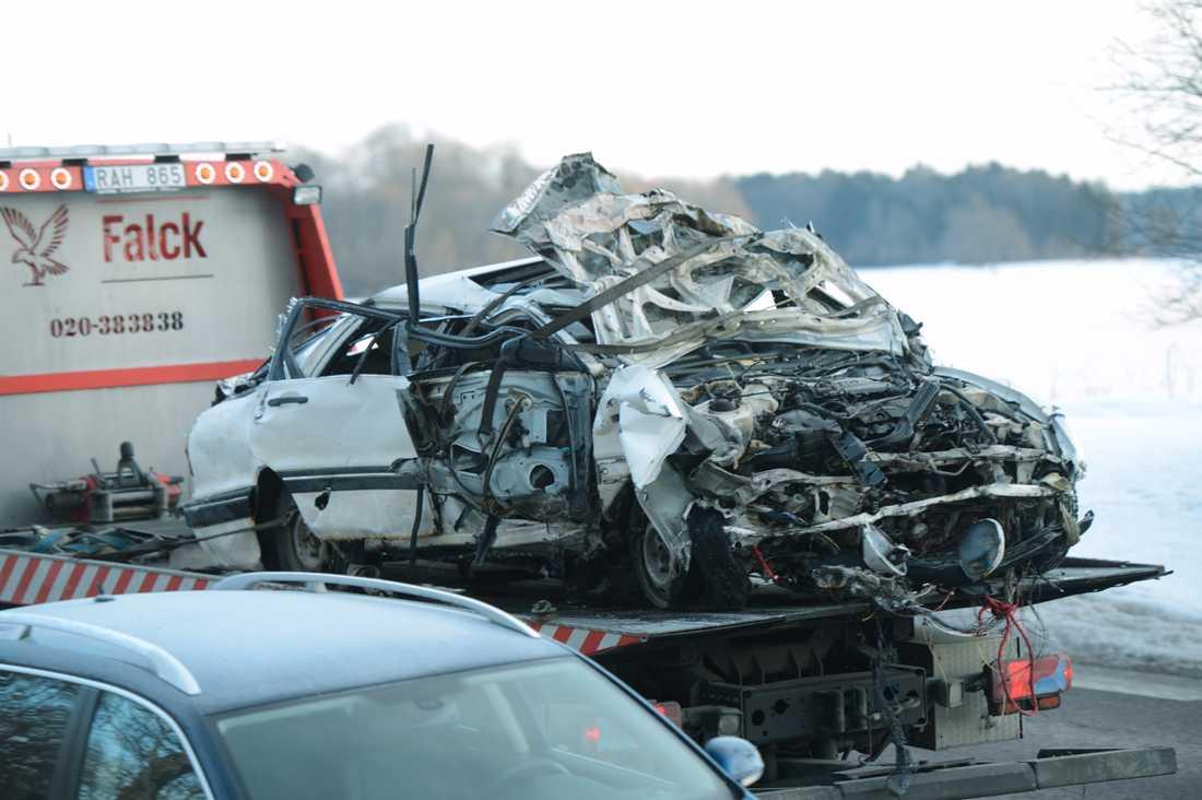 Bilen totalkvaddades när den störtade ner från bron.
