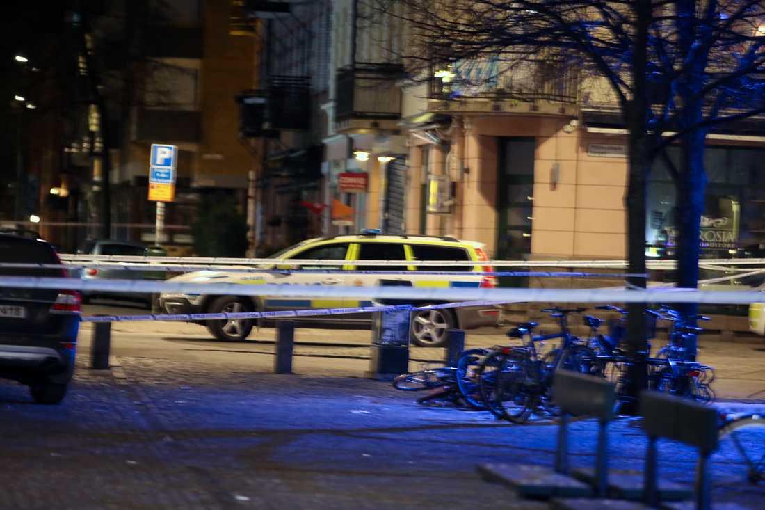 Polis på plats vid vid Möllevångstorget.