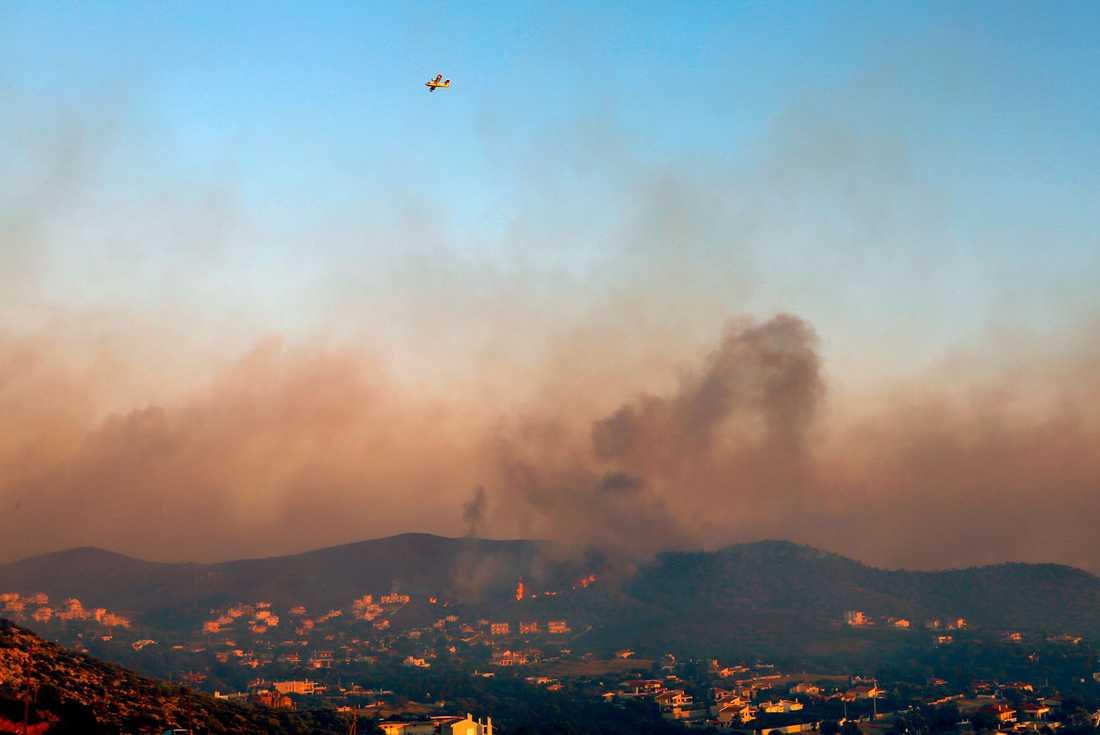 Rökmolnen ligger tjocka över byn Tymari.