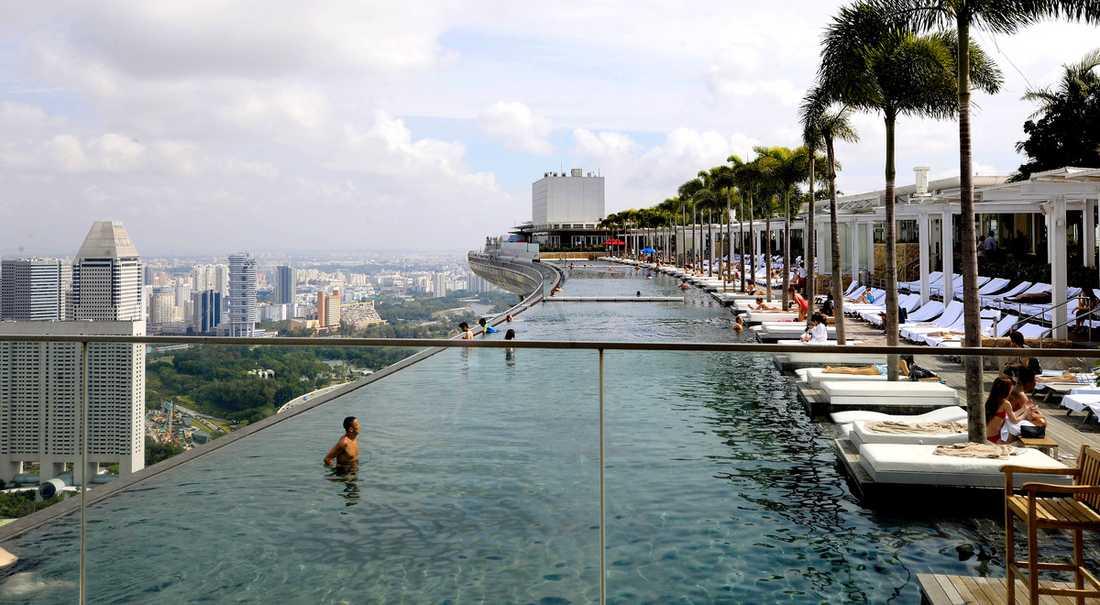 MARINA BAY SANDS, SINGAPORE Världens kanske mest spektakulära hotellpool just nu. Vilar på toppen av hotellets tre huskroppar, 200 meter ovan marken. Poolen är 150 meter lång. Här uppe finns också en trädgård och flera krogar. Mer info: www.marinabaysands.com