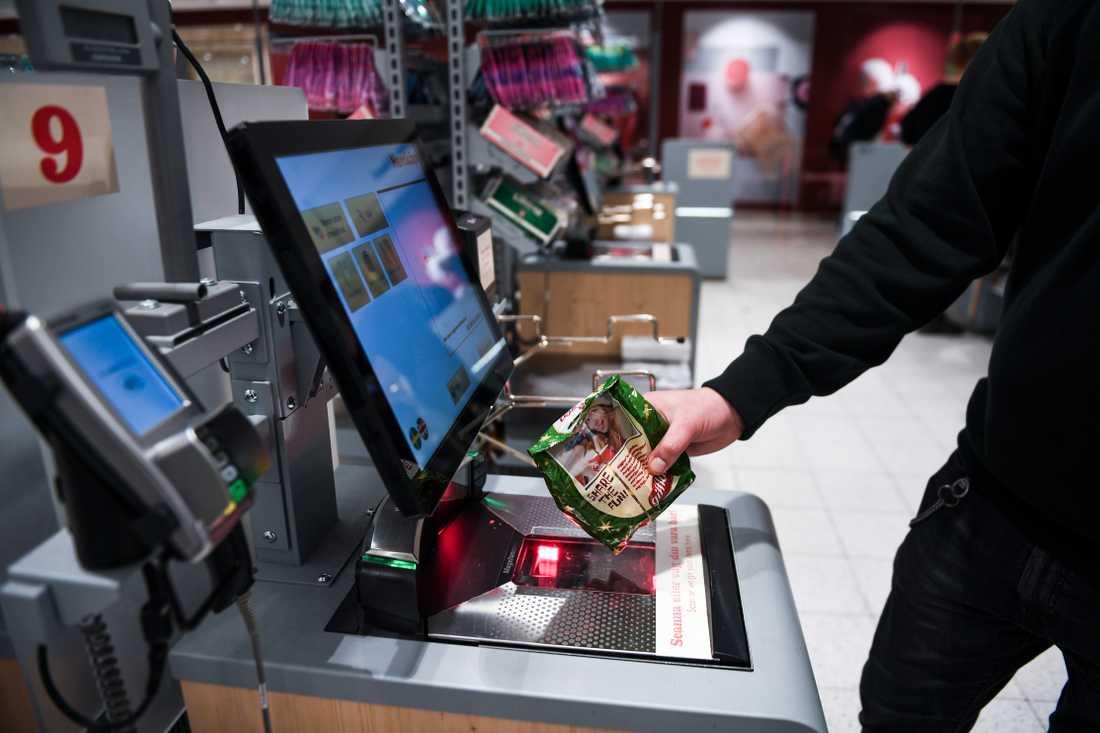Det blir färre jobb i kassorna när kunderna själva skannar varorna. I stället kommer fler att arbeta med it och artificiell intelligens inom dagligvaruhandeln, enligt Icas koncernchef Per Strömberg. Arkivbild.