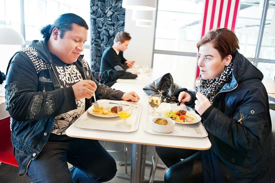 Christian Ek och Amanda Westny var inte nöjda när de blev utan köttbullar.
