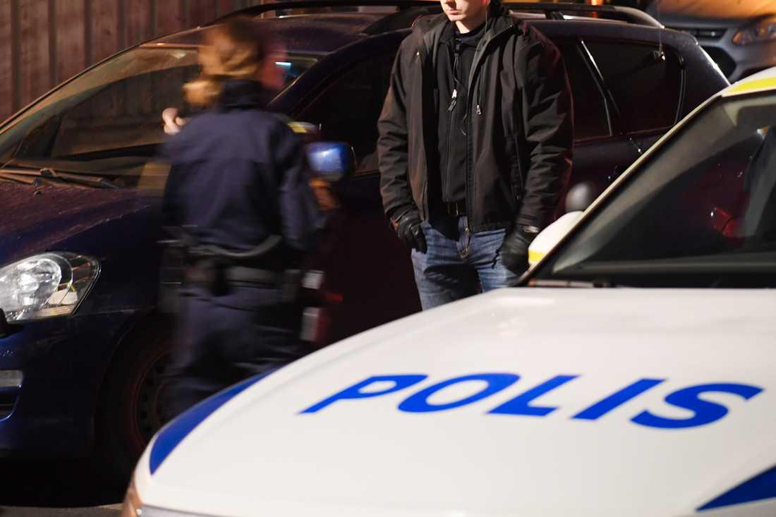 Poliser på platsen.