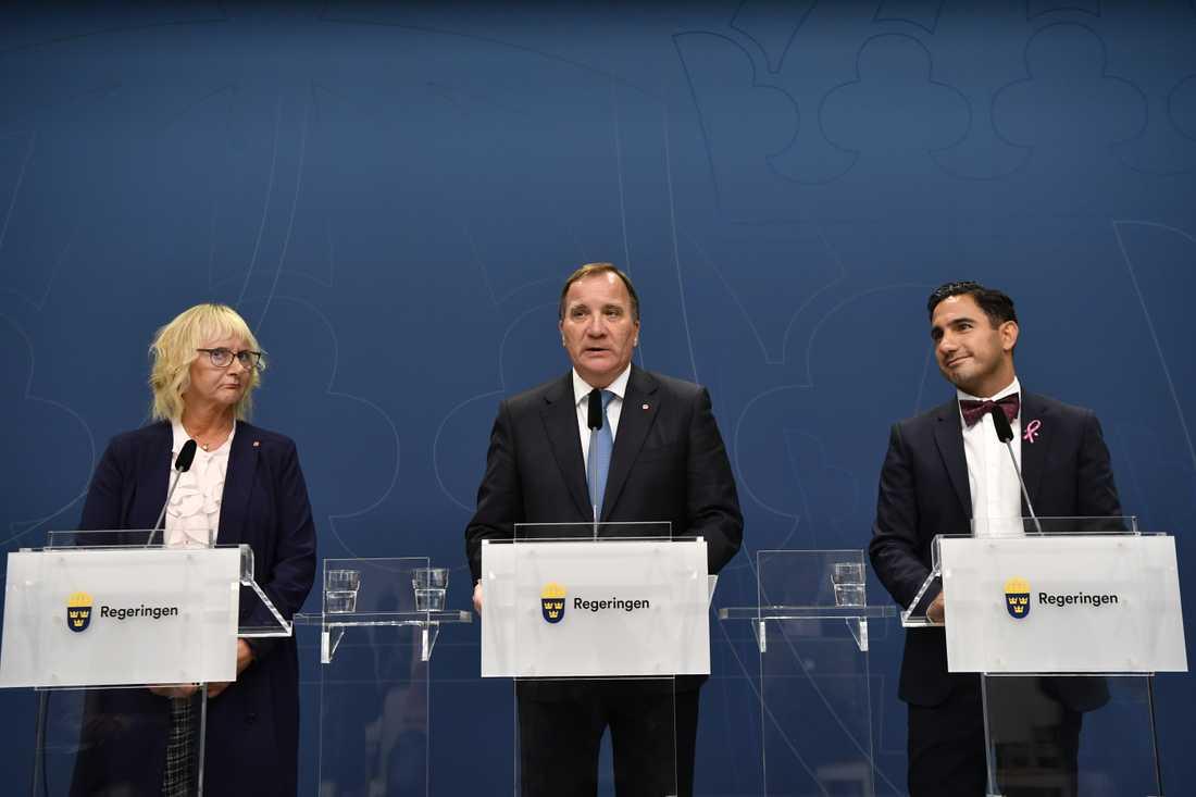 Lena Micko (till vänster) blir ny civilminister, säger statsminister Stefan Löfven (S) på en pressträff. Hon tar över efter Ardalan Shekarabi (S) som blir ny socialförsäkringsminister efter Annika Strandhäll.