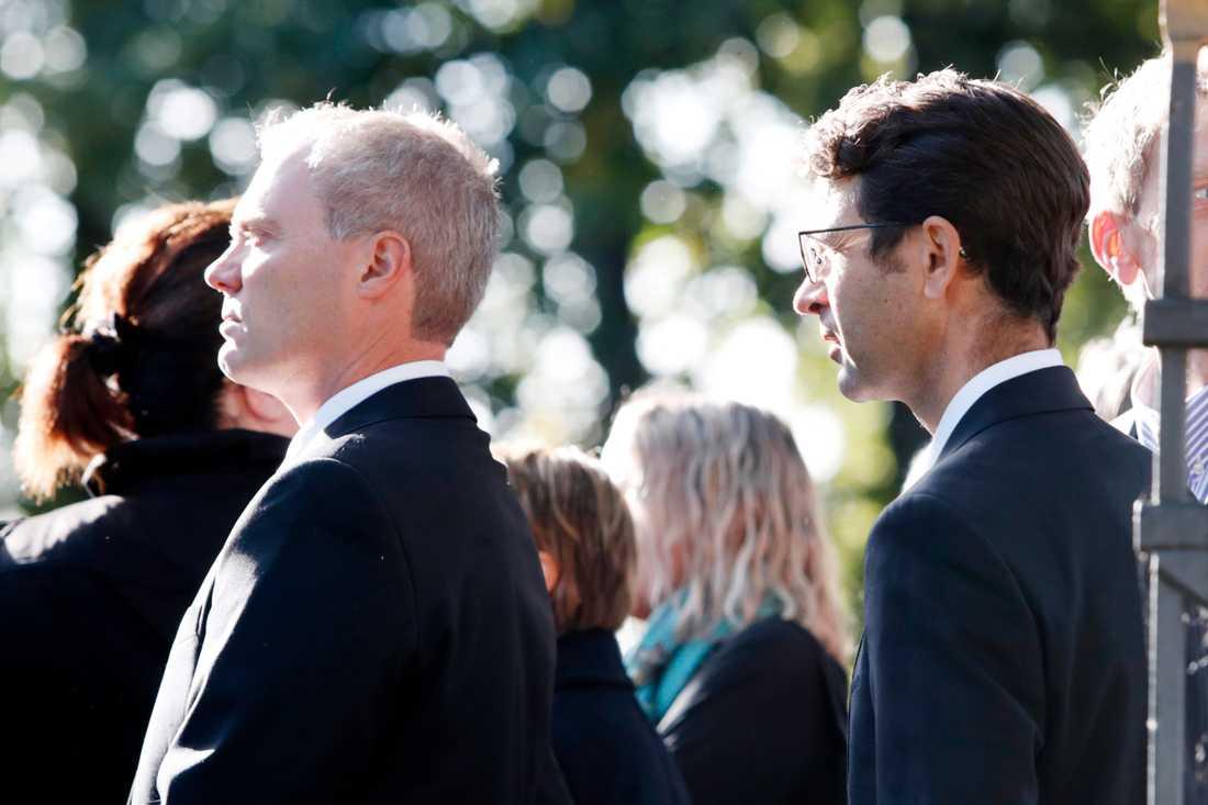 Ole Einar Bjørndalen (till höger) och tidigare landslagsledaren Bård Freberg anländer till Asker kyrka för att ta farväl av Halvard Hanevold.