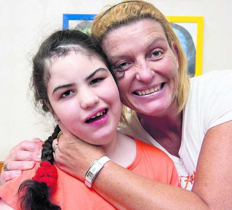 Glädjebesked Rullstolsburna Christina, 11, kunde inte lämna lägenheten på andra våningen i Karlstad. Nu får hon snart en hiss så att hon får komma ut i solen och värmen.