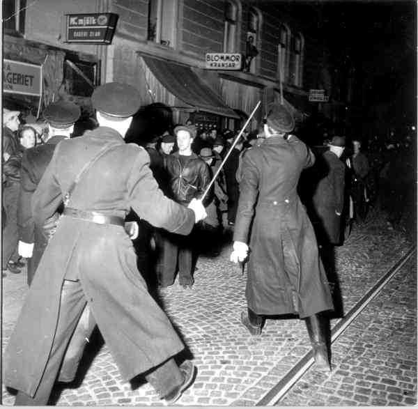 Kravaller på Södermalm i Stockholm 1948 möts av polis med dragna sablar.