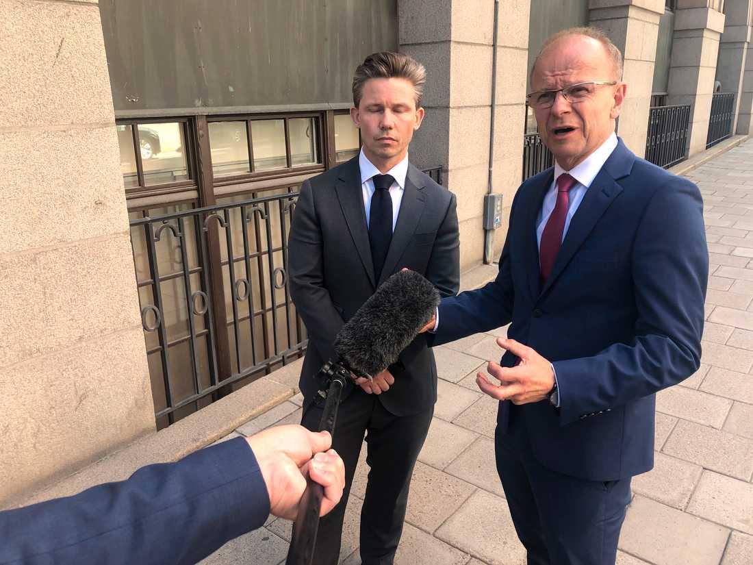 KD:s försvarspolitiske talesperson Mikael Oscarsson (t h) och Moderaternas försvarpolitiske talesperson Pål Jonson (t v) utanför försvarsdepartementet.