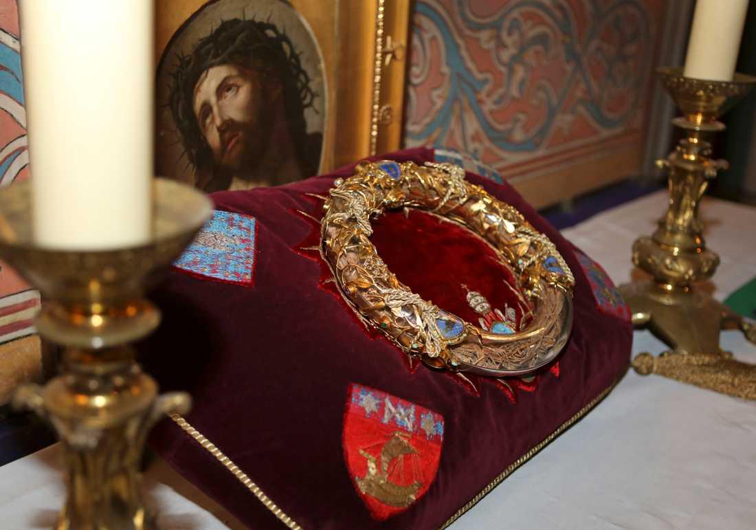 Krona med delar som sägs komma från Jesus törnekrona är räddad, enligt Paris borgmästare.