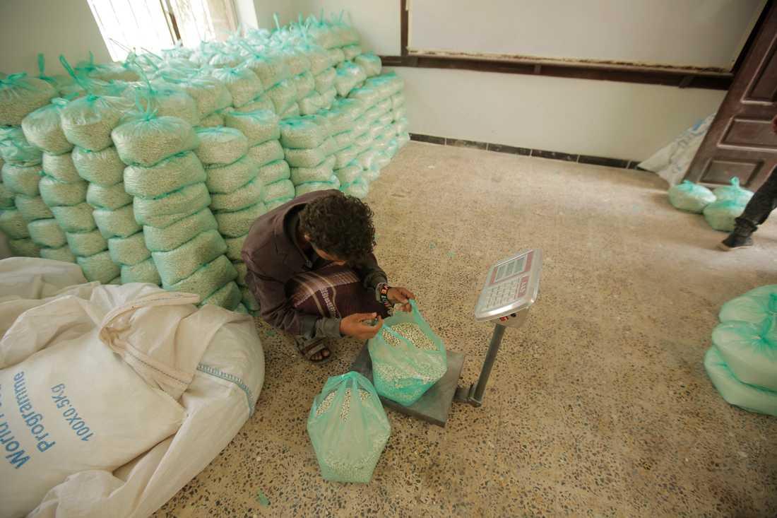 Nödhjälp från FN:s livsmedelsprogram vägs i Sanaa i Jemen.