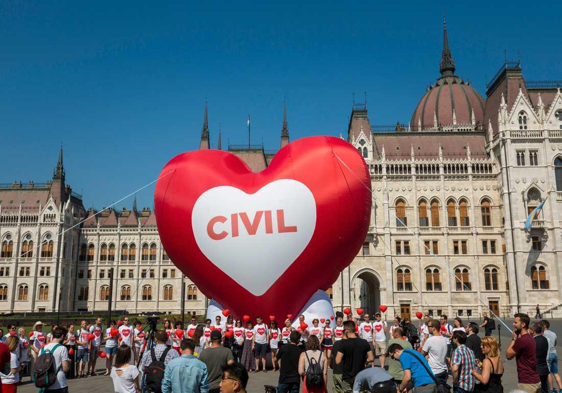 """Protester mot """"Stoppa Soros""""-lagarna i Budapest i juni utanför det ungerska parlamentet. Arkivbild."""