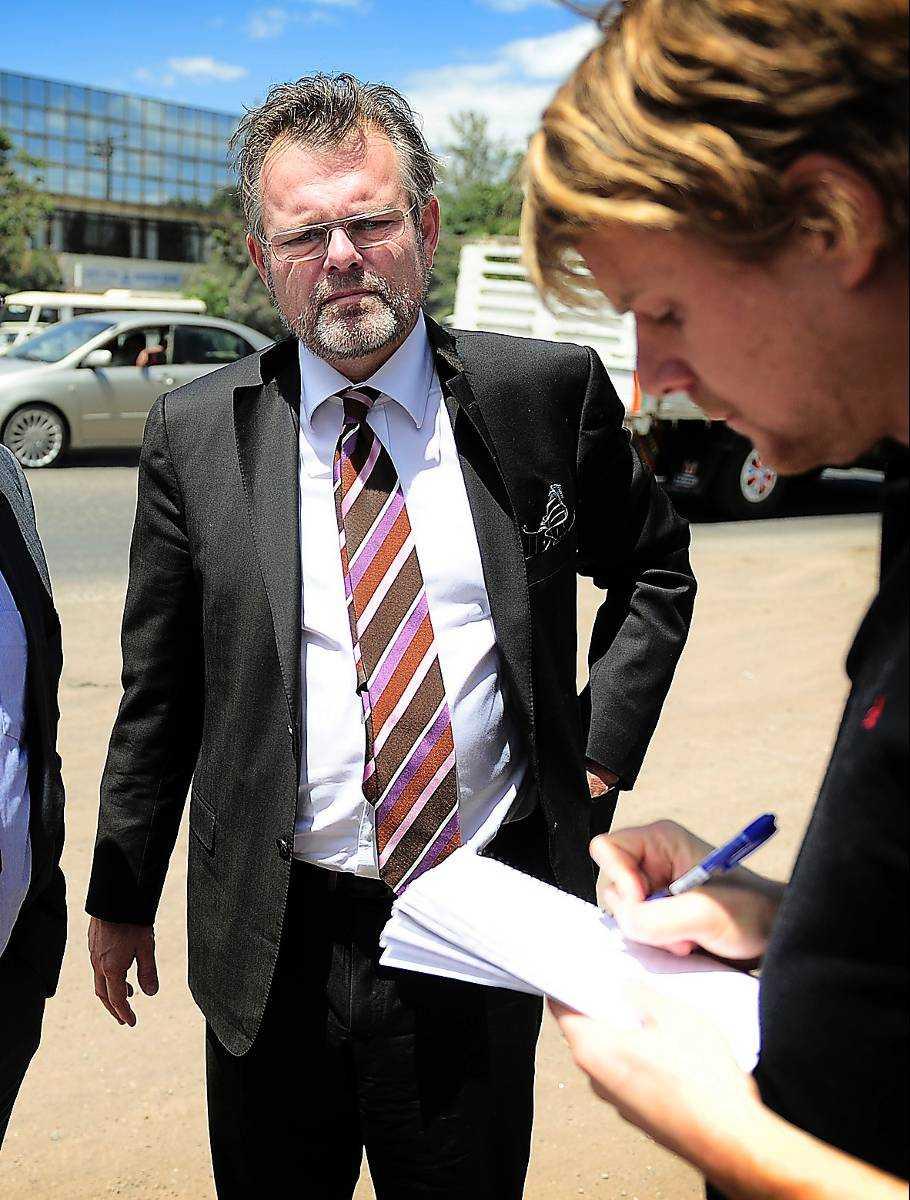 Sveriges ambassadör i Etiopien, Jens Odlander, besökte journalisterna i fängelset.