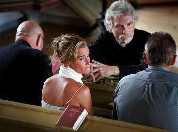 """Det var den tredje begravningen för Sara Adamsson i år. Prästen Janne Bolldén läste Johannes favoritsaga. Den som slutar med """"jag älskar dig ända till månen och tillbaka igen""""."""