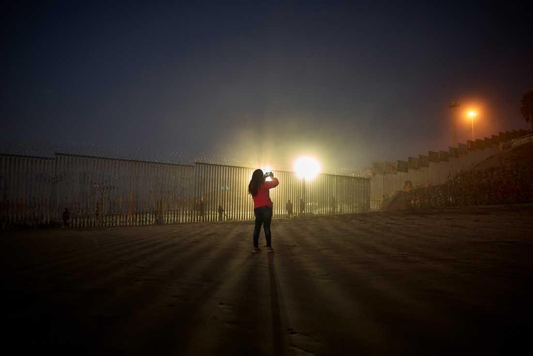 Gränsen mellan USA och Mexiko, fotograferad från mexikanska Tijuana i väst. Arkivbild.