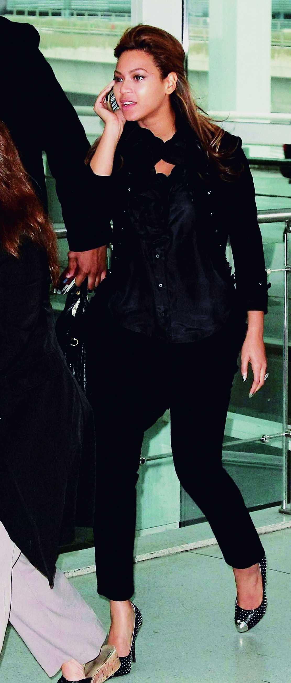 Ledigt klädd för resan? I högklackat, sidenblus och minimalt med smink tar sig Beyoncé till gaten på JFK-flygplatsen i New York.