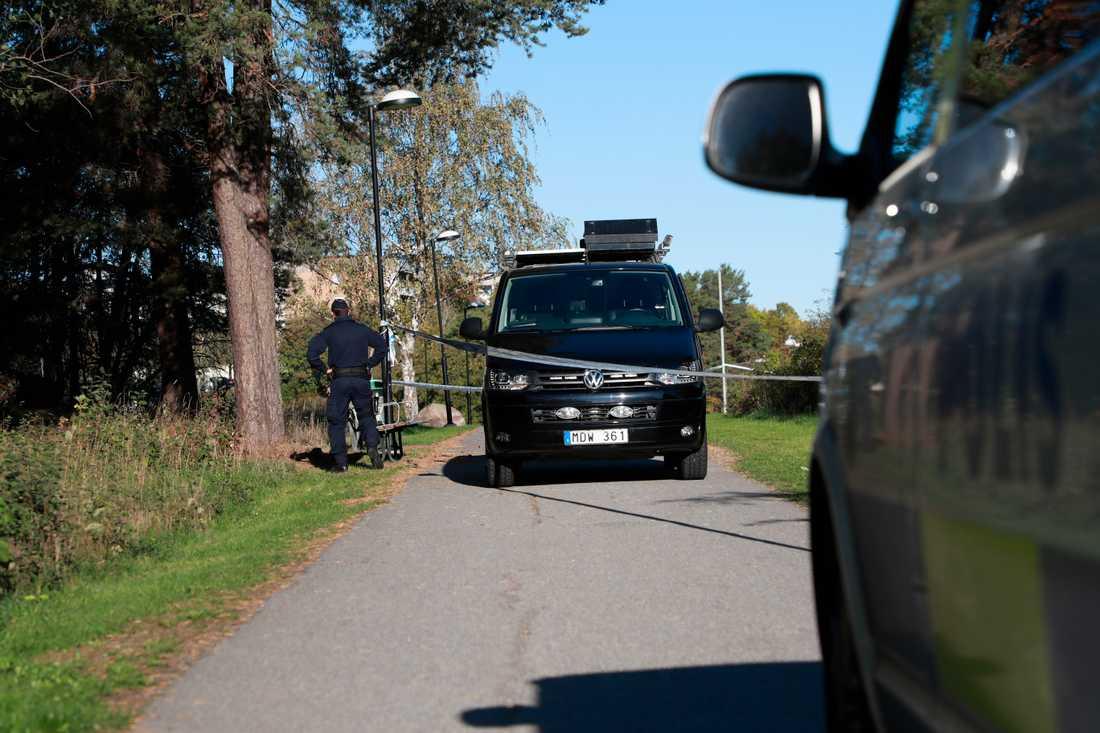 En kvinna i 35-årsåldern har anmält att hon överfallits och våldtagits i söderort i Stockholm tidigt på tisdagsmorgonen