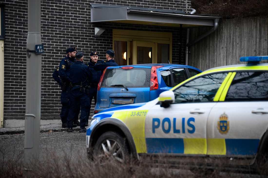 Det pågår en stor polisinsats i Tensta efter att en kvinna hittats död.