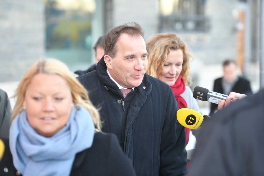 Stefan Löfven (S) anländer till mötet med talmannen.