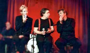 """RAMAR IN SKETCHERNA Föreställningen """"Yeah yeah yeah"""" handlar inte direkt om Beatles. Men i alla sketcher finns det någon koppling till en låt med den kända Liverpool-gruppen. """"Deras låtar verkar inte åldras"""", säger Paul Kessel, här tillsammans med John Fiske och Katti Hofflin."""