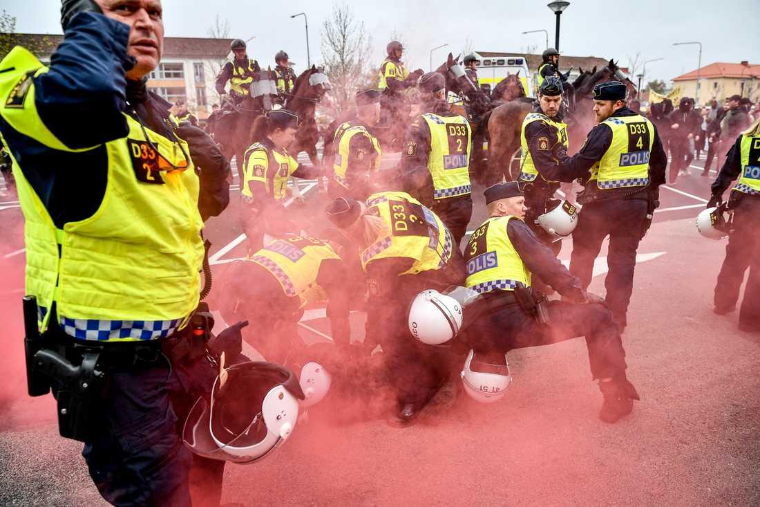 Demonstranter kastade knallskott mot polisen i Kungälv.