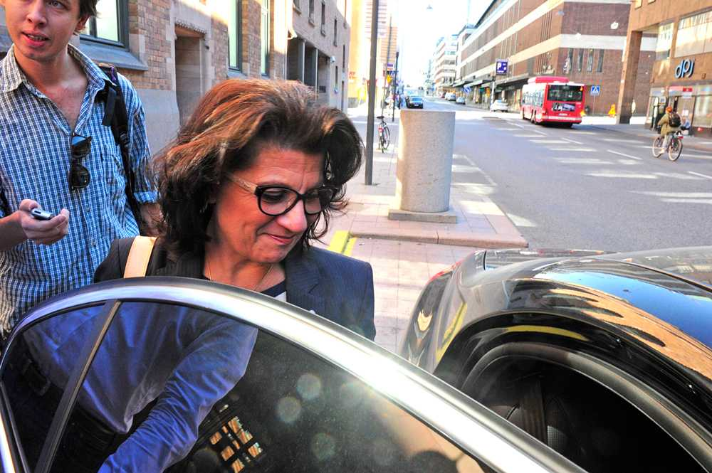 Här lämnar Angeles Bermudez-Svankvist det blixtinkallade mötet på Arbetsmarknadsdepartementet under söndagen.