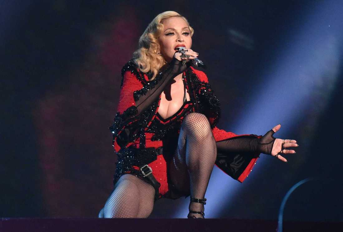 Madonna uppträder på Grammy Awards i Los Angeles 2015.