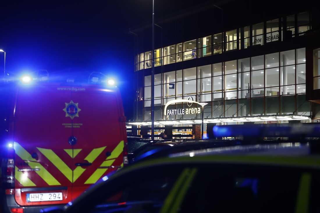 Räddningstjänsten på plats på Partille Arena.