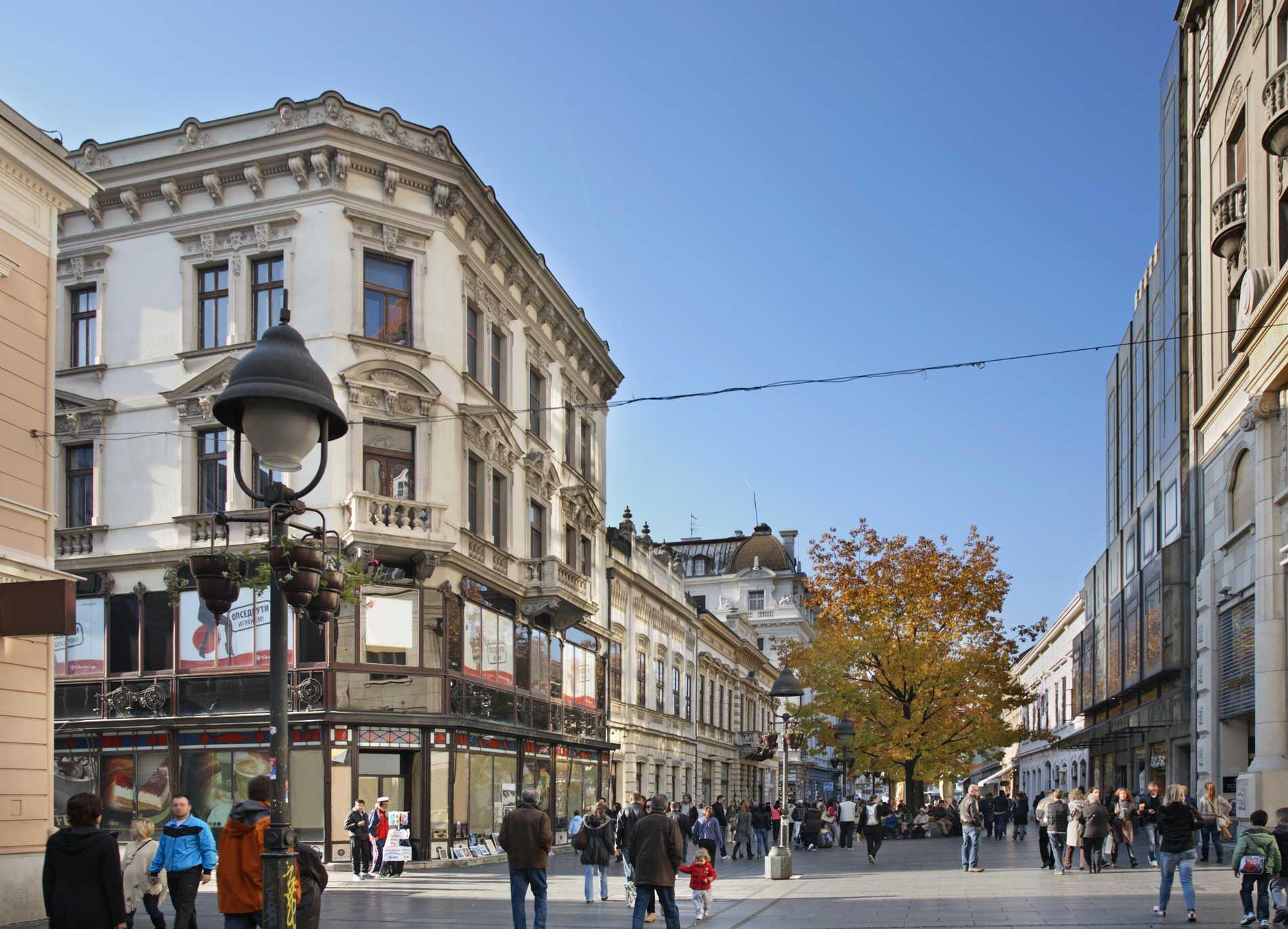 Gågatan Knez Mihailova passar för shopping, eller bara för en promenad.