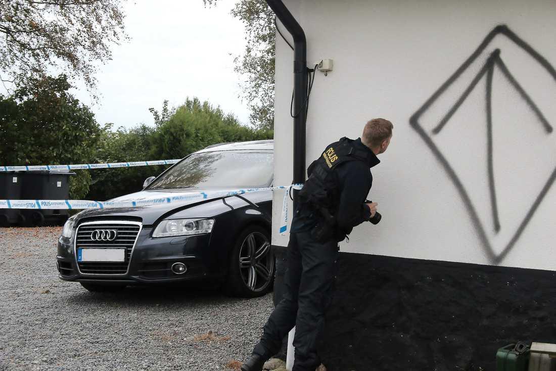 På sidan av huset har någon sprejat en pil omgiven av en romb på högkant – NMR:s symbol. Foto: Skånska Dagbladet