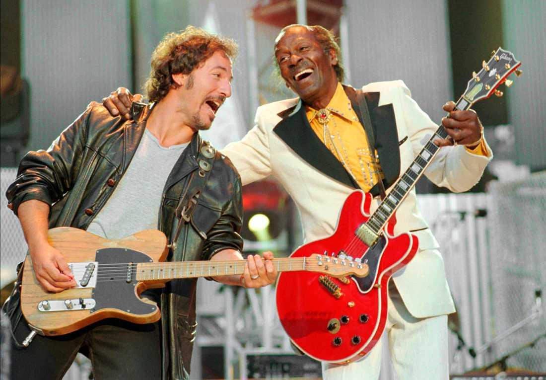 Chucken och Bossen spelar Johnny B Goode under Rock'n'Roll hHall of fame 1995.