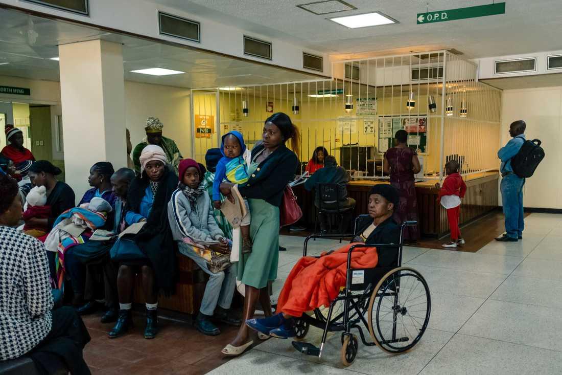 Patienter väntar på vård på ett sjukhus i Harare i Zimbabwe.