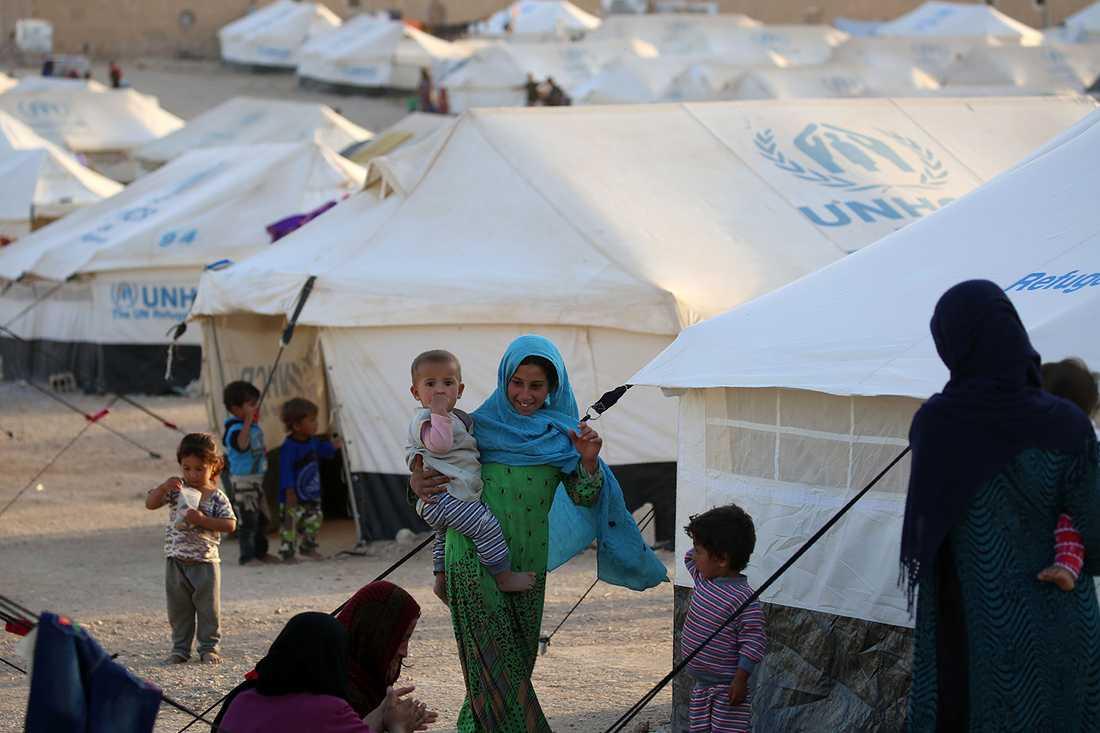 Flyktingar börjar strömma in i UNHCR:s läger utanför Mosul.
