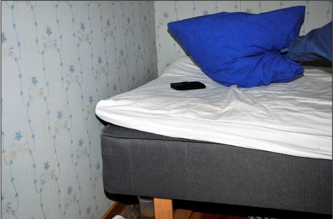 Magnus mördades i sovrummet. I hans mobil hittades ett samtal som spelades in