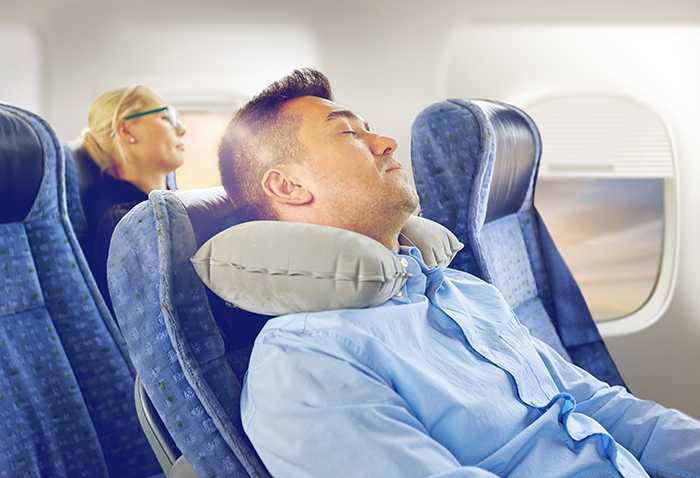 En del sover skönare med en nackkudde.