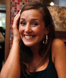 Programledaren Eva Nazemson stod i direktsändning när mensvärken blev för mycket – och hon var tvungen att kräkas.