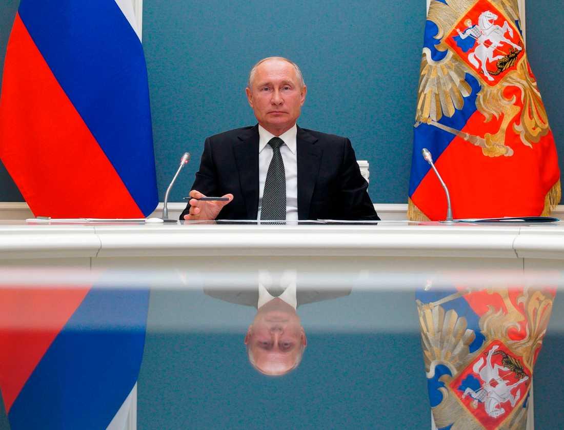 Vladimir Putin vill skapa bilden av starkt folkligt stöd för hans makt.