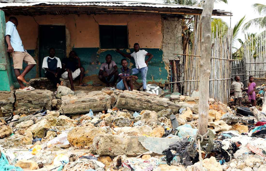 Människor betraktar förödelsen som cyklonen lämnat efter sig när den drog in över Moçambique.