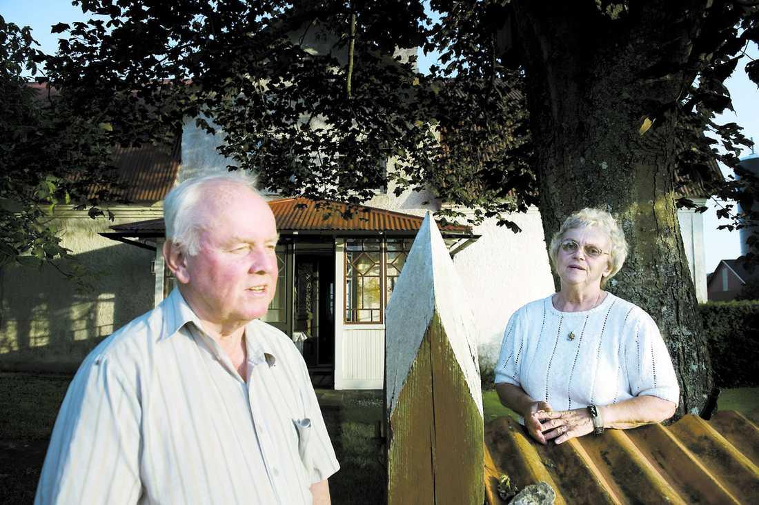 """FICK NEJ Sture och Elisabeth Ärlebäck, 71, ville bygga ett nytt mindre hus på sin mark och sälja den stora släktgården de inte längre orkar sköta. Men länsstyrelsen sa nej när de sökte om undantag från strandskyddet. Samtidigt gav landshövding Marianne Samuelsson dispens till storföretagaren Max Hansson. """"Det är skandal. Det är pengar som styr men det borde vara strandskyddet som avgör"""", säger Elisabeth."""