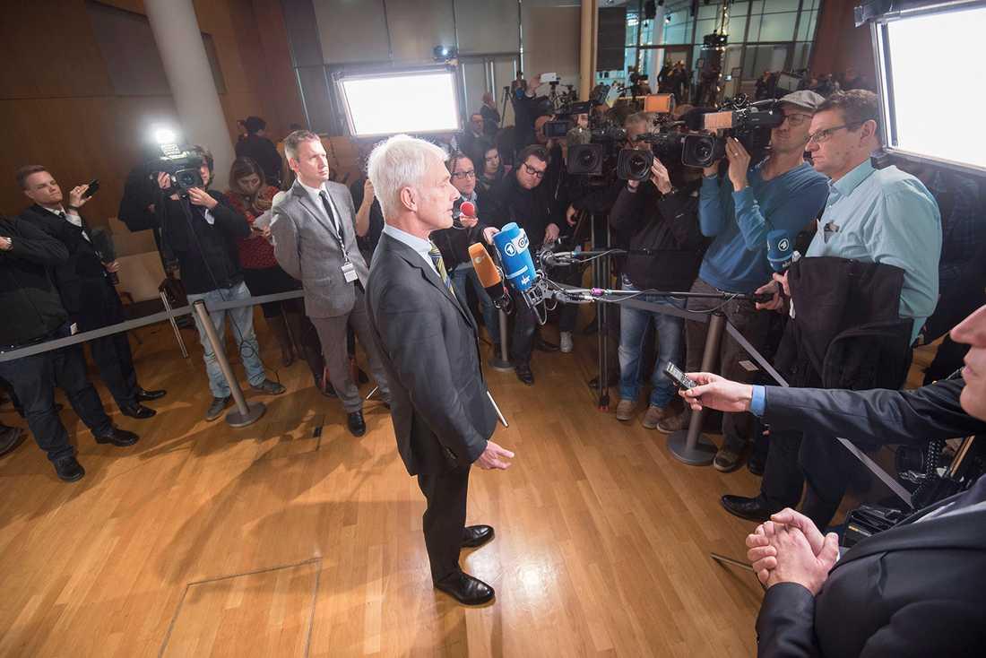 VW:s koncernchef Matthias Müller har haft det tufft på jobbet sedan han tog över efter Martin Winterkorn. Den pågående utsläppsskandalen hämmar hela företaget just nu.