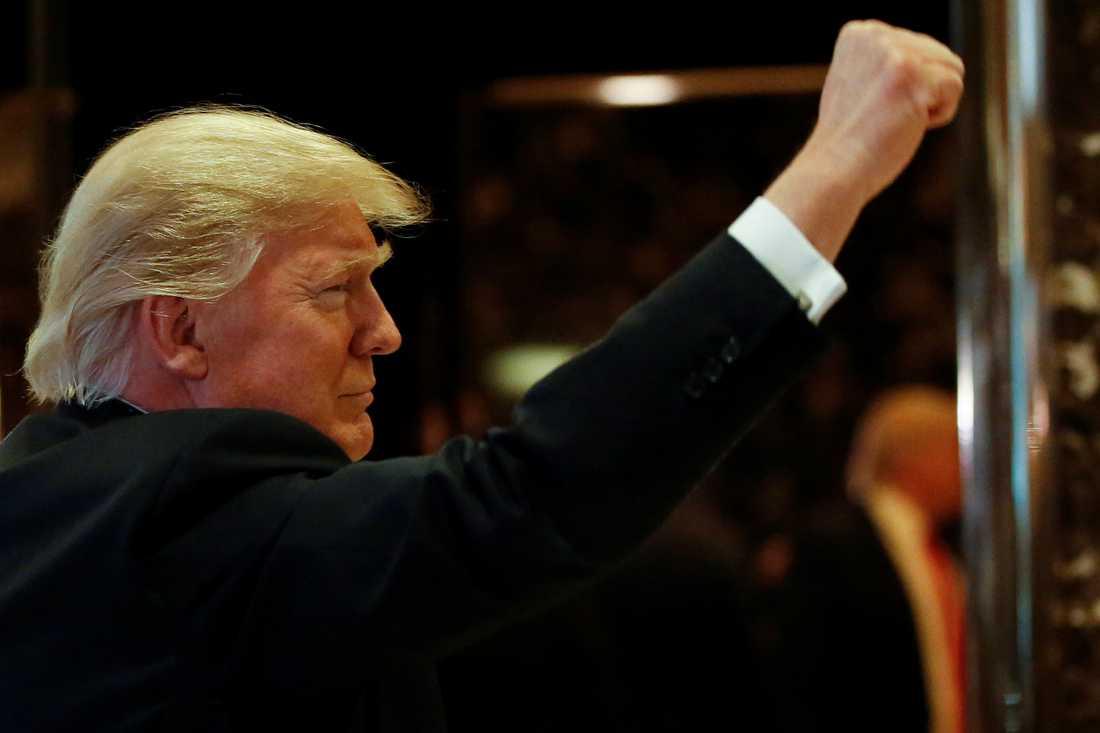 Donald Trump lämnar Trump Tower i New York på fredagen.