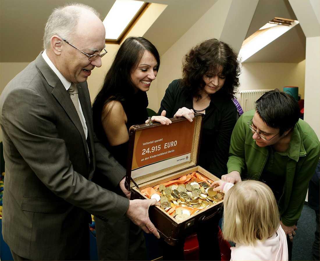 fallskärm på 11,1 miljoner Klaus Pitschke överlämnar en gåva till barnjouren i Berlin. Han var tidigare toppchef för en enhet inom Vattenfall. Han fick sparken i mars förra året och får nu en fallskärm på 11,1 miljoner kronor.
