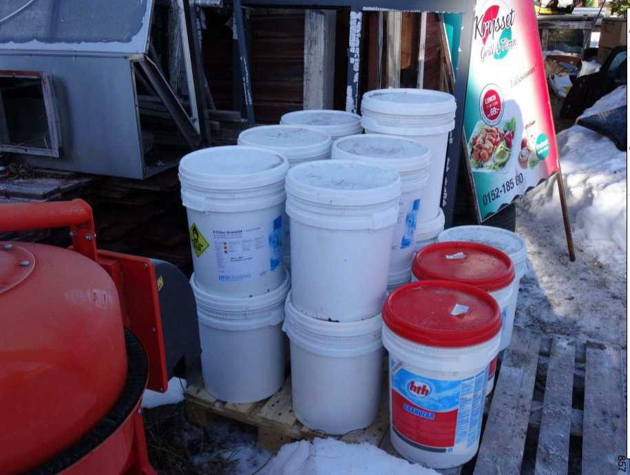 Bland de kemikalier som beslagtogs i Strömsund finns drygt ett halvt ton kalciumhypoklorit, som kan användas för att göra klorgas.