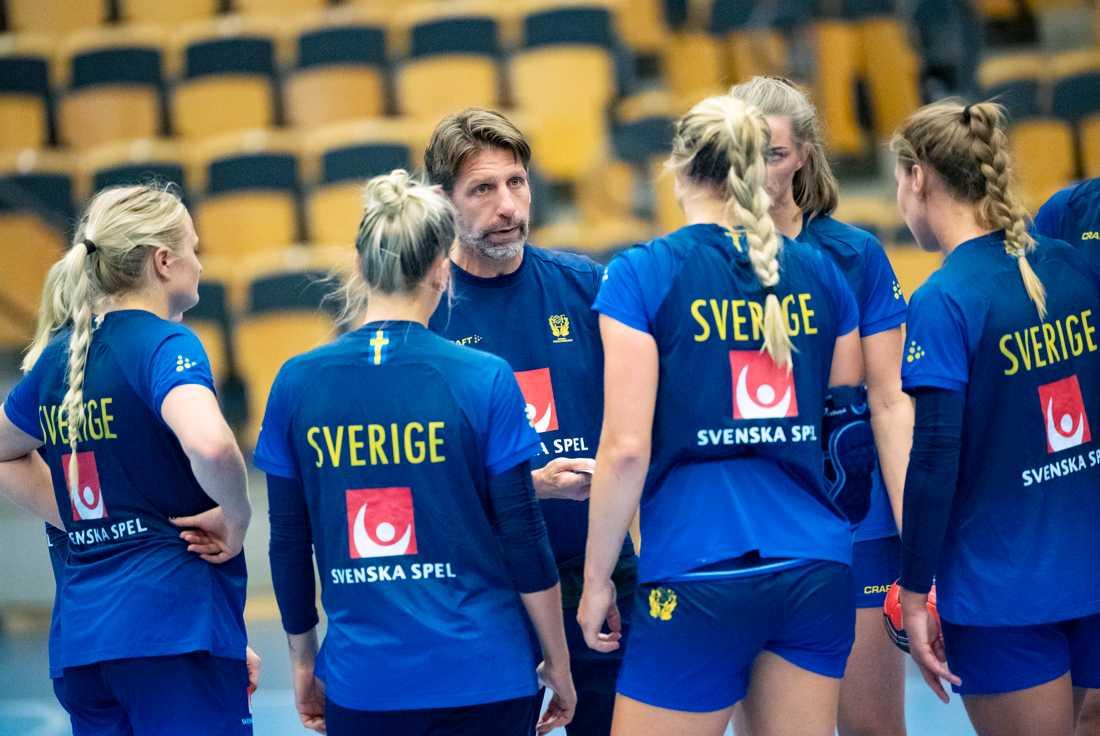 Minksmittan i Danmark gör att de svenska handbollsdamerna står utan spelplats i EM.