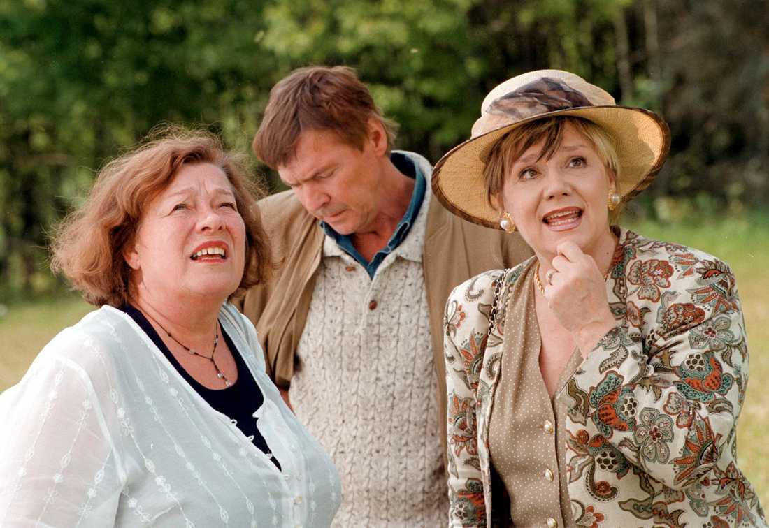 """Inga Ålenius som """"Astrid"""", Carl-Ivar Nilsson som """"Willy"""" och Christina Stenius som """"Lena"""" i """"Hem till byn""""."""