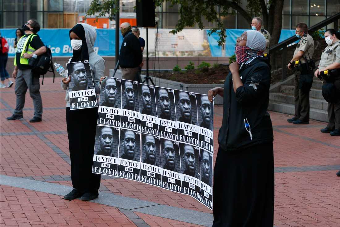 Demonstranter med bilder på George Floyd vid en manifestation i Minneapolis den 28 maj.